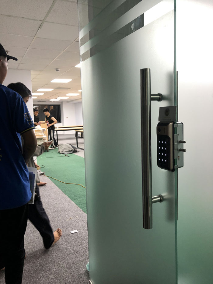 khóa cửa kính văn phòng