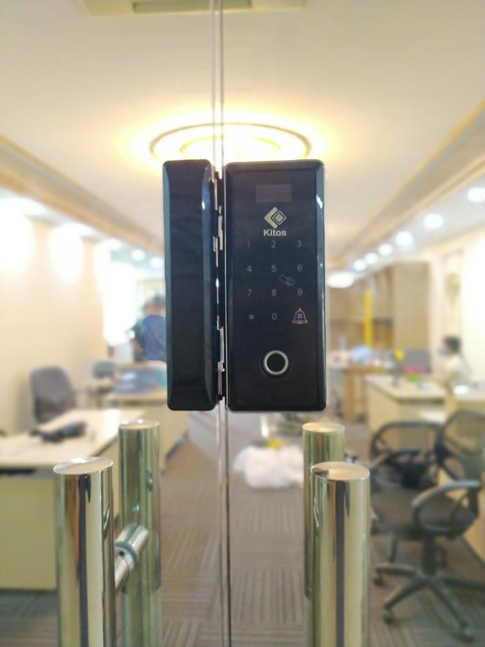 lắp khóa vân tay cửa kính cho văn phòng