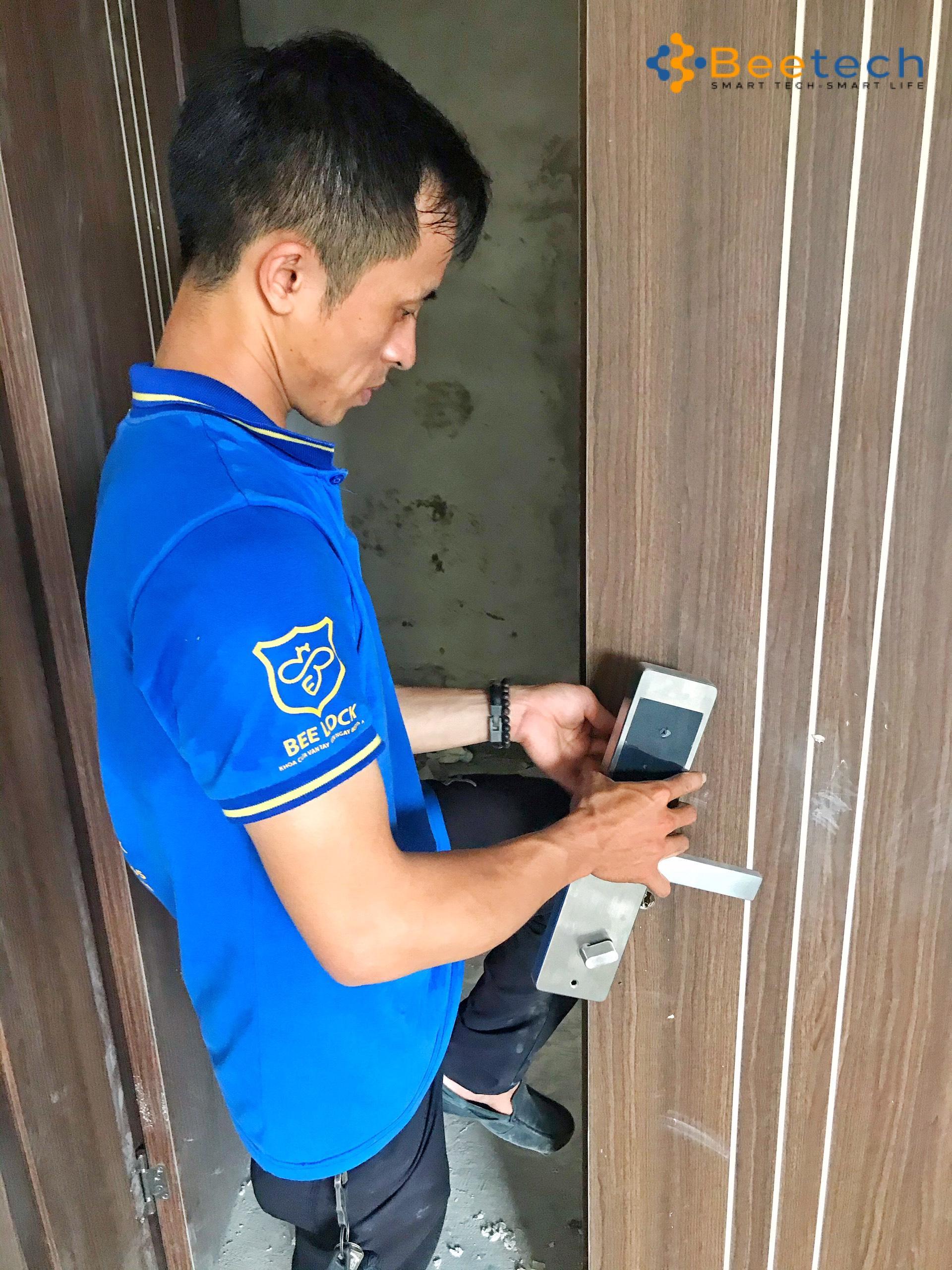 lắp khóa cửa cổng nhà trọ