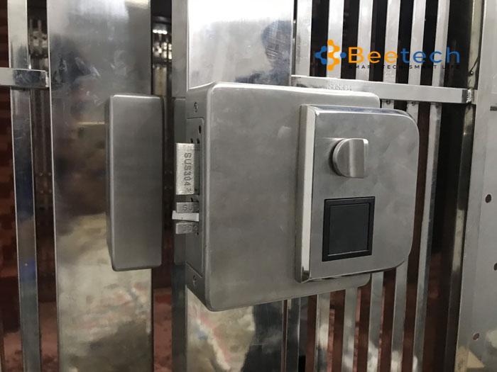 lắp khóa điện tử cửa cổng sắt